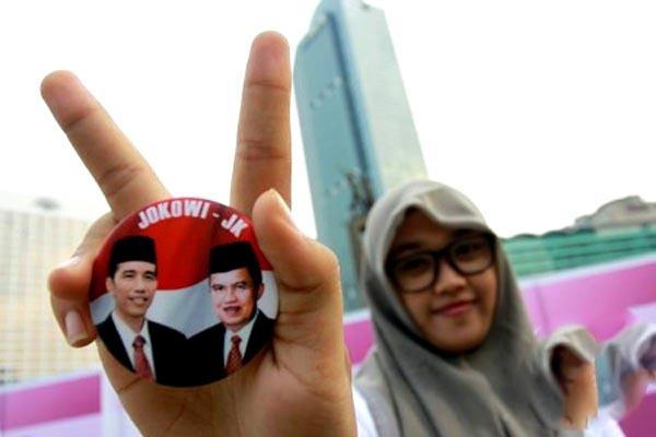 Jokowi-JK (Seorang pendukung menunjukkan PIN Jokowi-Jusuf Kalla)