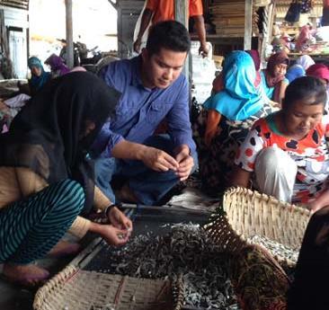 Fitron Nur Ikhsan menyelami dunia masyarakat langsung saat berkampanye pada Pemilu Legislatif 2014 di Kecamatan Labuan, Kabupaten Pandeglang, Banten