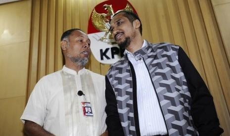 Ketua KPK Abraham Samad (kanan) bersama Wakil Ketua Bambang Widjojanto memberikan keterangan terkait penetapan tersangka calon Kapolri Komjen Pol Budi Gunawan di Gedung KPK Jakarta, Selasa (13/1). (Antara/Wahyu Putro A)