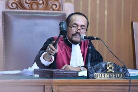 Hakim tunggal Sarpin Rizaldi mengetukkan palu pada sidang praperadilan pemohon Komjen Budi Gunawan di Pengadilan Negeri Jakarta Selatan, Senin (16/2). Hakim akhirnya memutuskan bahwa penetapan tersangka Komisaris Jenderal Budi Gunawan oleh Komisi Pemberantasan Korupsi tidak sah. Antara/Hafidz Mubarak A.