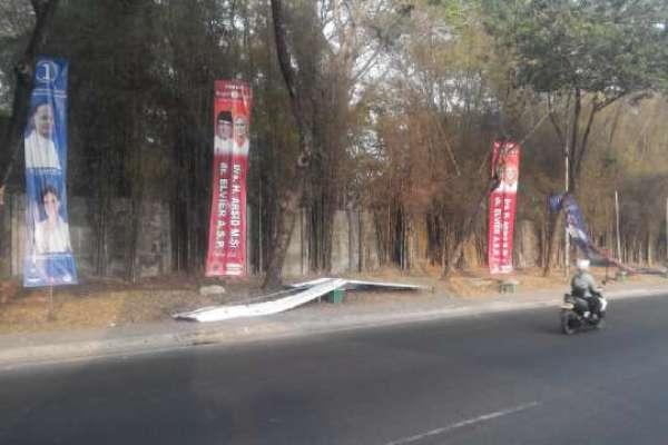 Alat peraga kampanye (APK) milik pasangan calon Walikota-Wakil Walikota, Airin Rachmi Diany-Benyamin Davnie yang dipasang Komisi Pemilihan Umum (KPU) Kota Tangsel di Jalan Raya Serpong