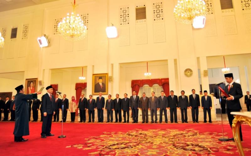 Kepala Staf Presiden Teten Masduki mengucapkan sumpah jabatan saat acara pelantikan yang dipimpin Presiden Joko Widodo
