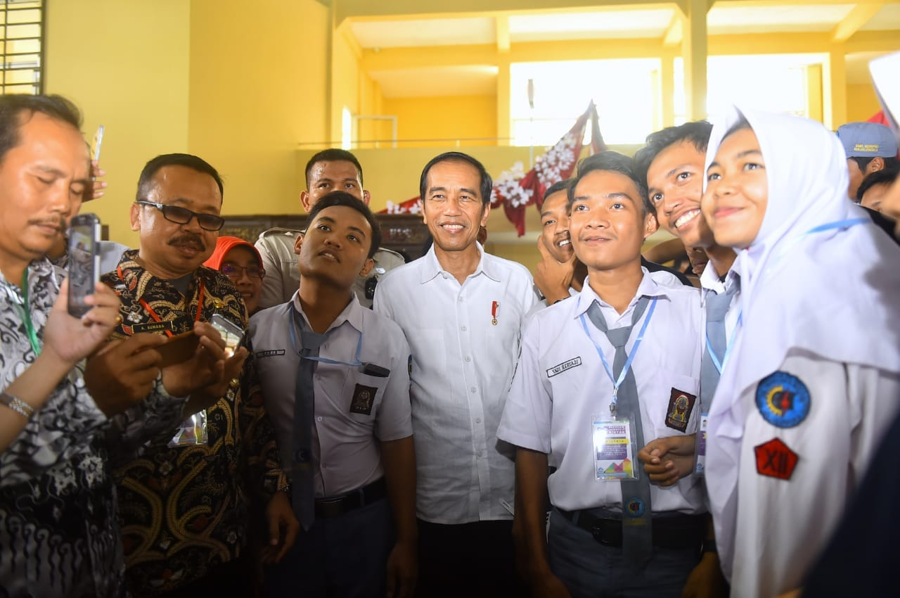 presiden-bagikan-1-012-kartu-indonesia-pintar-di-majalengka-6