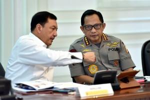 Kapolri Jenderal Tito Karnavian berbincang dengan Kepala BIN sebelum rapat terbatas, di Kantor Presiden, Jakarta, Rabu (30/5) siang. (Foto: AGUNG/Humas)