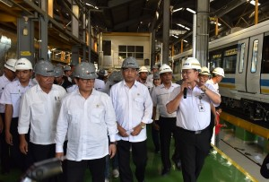 Seskab Pramono Anung bersama Menhub dan Menteri PUPR mengunjungi PT INKA, di Madiun, Jatim, Selasa (29/5) siang. (Foto: OJI/Humas)