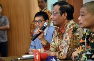 Anggota Dewan Pengarah BPIP Mahfud MD didampingi anggota yang lain menyampaikan keterangan pers, di Kantor BPIP, Jakarta, Kamis (31/5) siang. (Foto: Rahmat/Humas)