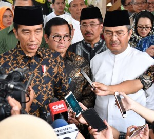 Presiden Jokowi menjawab wartawan di rumah duka alm. Dawam Rahardjo, di Duren Sawit, Jakarta Timur, Kamis (31/5) siang. (Foto: Setpres)