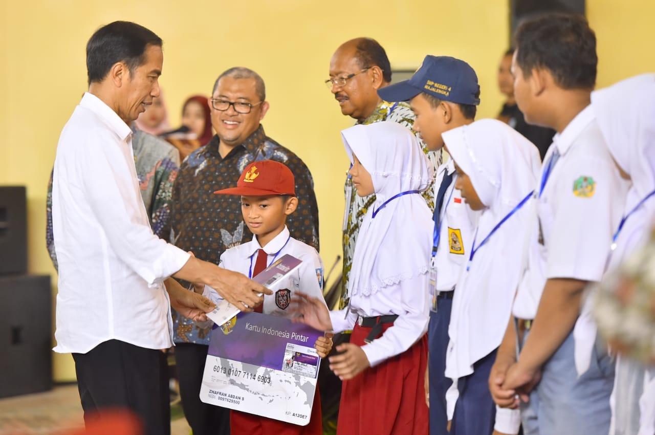 Presiden Bagikan 1.012 Kartu Indonesia Pintar di