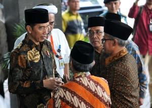 Presiden Jokowi berbincang dengan Ketua Umum PP Muhammadiyah Haedar Nashir saat menghadiri Penutupan Pengkajian Ramadhan 1439 H Pimpinan Pusat Muhammadiyah Tahun 2018, di kampus Universitas Hamka, Ciracas, Jakarta Timur, Selasa (29/5) siang. (Foto: AGUNG/Humas)