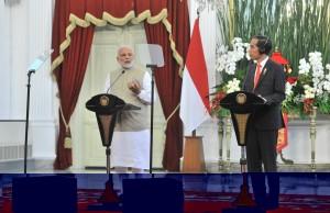 Presiden Jokowi dan PM India Narendra Modi menyampaikan keterangan pers, di Istana Merdeka, Jakarta, Rabu (30/5) siang. (Foto: JAY/Humas)