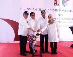 Seskab Pramono Anung didapingi Menteri PUPR dan Bupati Kediri menekan tombol tanda peresmian Jembaran Wijaya Kusuma, di Kabupaten Kediri, Jatim, Selasa (29/5) siang. (Foto: Anggun/Humas)
