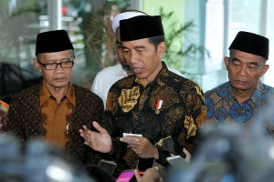 Presiden Jokowi menjawab pertanyaan wartawan usai penutupan Pengkajian Ramadhan 1439 H Pimpinan Pusat Muhammadiyah Tahun 2018, di kampus Universitas Hamka, Ciracas, Jakarta Timur, Selasa (29/5) siang. (Foto: AGUNG/Humas)