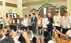 Presiden Jokowi berfoto bersama penerima sertifikat tanah wakaf, di Masjid Jami Nurul Muqqorrobin, Subang, Jabar, Rabu (6/6) siang. (Foto: JAY/Humas)