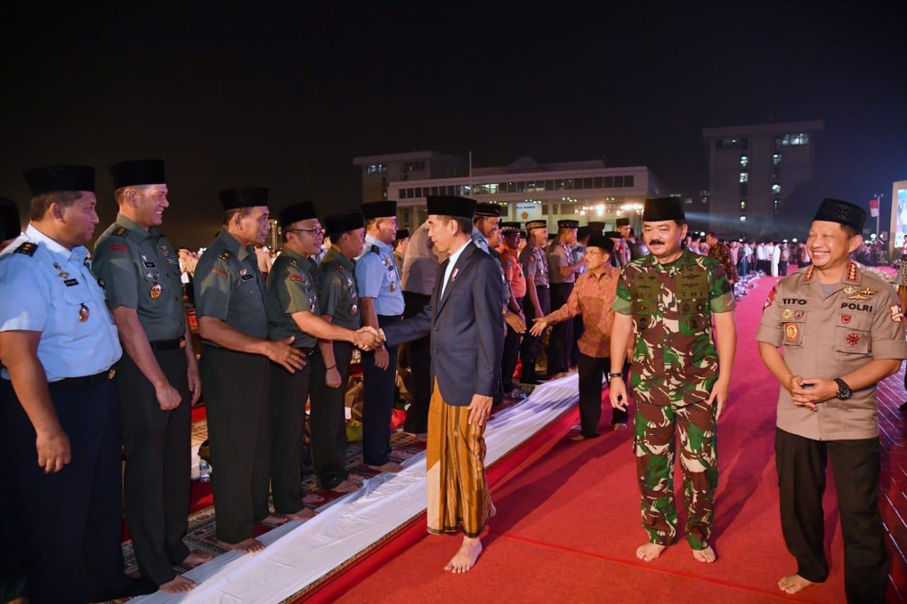 presiden-buka-puasa-bersama-personel-tni-dan-polri-di-cilangkap-12