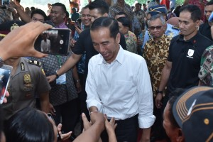 PresidenJokowi membalas jabat tangan nelayan dalam peresmian lembaga keuangan mikro nelayan, di Pantai Wisata Karangsong, Kab. Indramayu, Jawa Barat, Rabu (6/6) sore. (Foto: OJI/Humas)