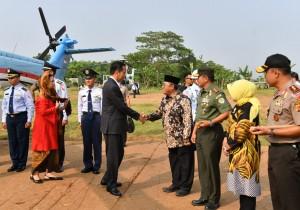 Presiden dengan Helikopter Super Puma TNI AU, Rabu (6/6), melakukan kunjungan kerja ke Kabupaten Karawang, Jawa Barat.
