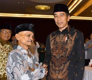 Presiden Jokowi menyambut hangat keinginan Zubaidi untuk bersalaman dan berfoto dengannya, di Hotel Rafles, Kuningan, Jakarta, Senin (4/6) petang. (Foto: OJI/Humas)