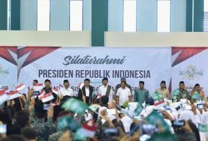 Presiden Jokowi dan keluarga besar Ponpes Darul Ma'arif menyanyikan lagu kebangsaan Indonesia Raya, saat berkunjung ke pondok pesantren itu di Kec. Kaplongan, Kab. Indramayu, Jabar, Kamis (7/6) siang. (Foto: OJI/Humas)
