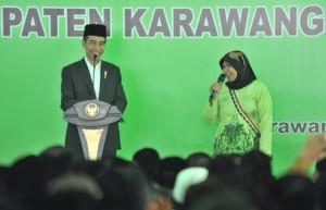 Presiden Jokowi berdialog dengan seorang warga pada silaturahmi dengan Alim Ulama dan Tokoh Masyarakat se-Kabupaten Karawang, di Pondok Pesantren Asshiddiqiyah, Kabupaten Karawang, Jawa Barat, Rabu (6/6) siang. (Foto: JAY/Humas)