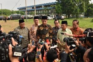 Presiden Jokowi dan Wapres Jusuf Kalla didamping pejabat lain menjawab wartawan usai peletakan batu pertama pembangunan kampus UIII, di Cimanggis, Depok, Jabar, Selasa (5/6) pagi. (Foto: JAY/Humas)