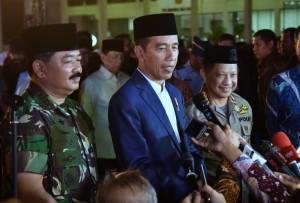 Presiden Jokowi didampingi Panglima TNI dan Kapolri menjawab wartawan usai menghadiri acara buka bersama di Mabes TNI, Cilangkap, Jakarta, Selasa (5/6) petang. (Foto: Rahmat/Humas)