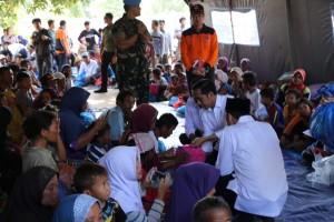 Presiden Jokowi berdialog dengan para pengungsi korban gempa Lombok, di Lombok Timur, NTB, Senin (30/7) siang. (Foto: IST)