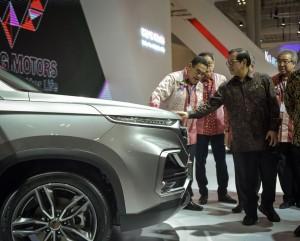 Seskab turut mengamati mobil yang dipamerkan dalam Presiden saat membuka acara Gaikindo Indonesia Internasional Auto Show (GIIAS) ke-26 di ICE BSD, Tangerang, Banten, Kamis (2/8). (Foto: Humas/Agung)