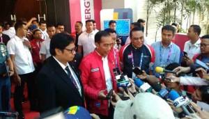 Presiden Jokowi didampingi Ketua Umum PB WI, Menpora, dan Chief de Mission Indonesia Syafruddin menjawab wartawan di JI Expo, Jakarta, Senin (20/8) siang. (Foto: IST)