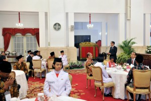 Presiden Jokowi saat bersilaturahim dengan Teladan Nasional, Pasukan Pengibar Bendera Pusaka, dan Gita Bahana Nusantara, di Istana Negara, Jakarta, Senin (20/8). (Foto: Humas/Oji)
