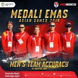 Tim Paragliding yang menyumbang medali emas di nomor men's team accuracy atau ketepatan mendarat dalam lomba yang digelar di Gunung Mas, Puncak, Cianjur, Jawa Barat, Rabu (22/8).