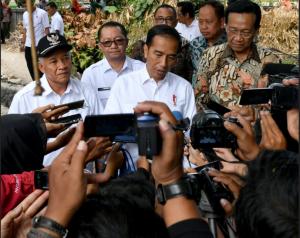 Presiden Jokowi menjawab wartawan usai meninjau proyek Dana Desa, di Desa Sendangtirto, Kabupaten Sleman, DIY,  Rabu (29/8) siang. (Foto: BPMI Setpres)