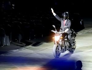 Presiden dengan mengendarai motor saat tiba di lokasi acara pembukaan Asian Games XVIII Tahun 2018, Sabtu (18/8) malam. (Foto: Humas/Rahmat).