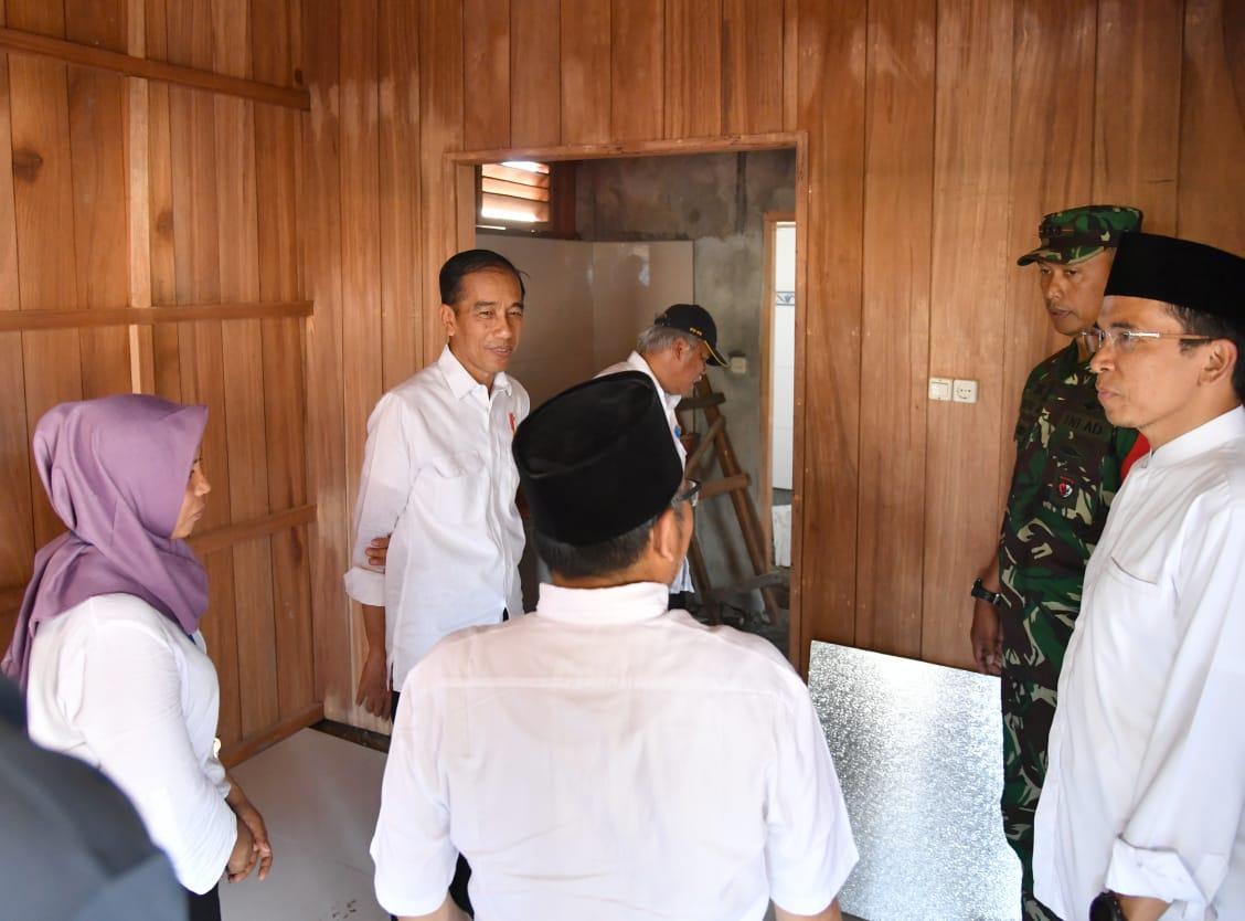 di-lombok-utara-presiden-sempatkan-tinjau-renovasi-rumah-zohri-16