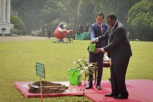 Presiden Jokowi mendampingi Presiden Namibia Hage Gottfried Geingob menanam pohon kayu ulin, di Istana Kepresidenan Bogor, Jawa Barat, Kamis (30/8) siang. (Foto: OJI/Humas)