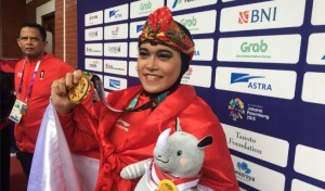 Pesilat Puspa Arumsari meraih medali emas nomor seni tunggal putri Asian Games 2018, yang digelar di Padepokan Silat TMII, Jakarta, Senin (27/8) pagi. (Foto: IST)