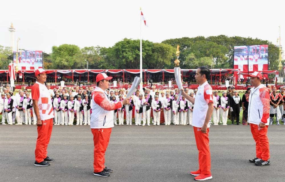 kirab-obor-asian-games-2018-meriahkan-upacara-penurunan-sang-merah-putih-di-istana-merdeka-2-1