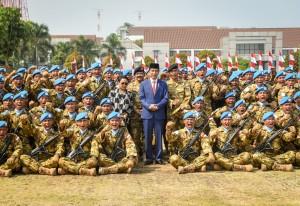 Presiden Jokowi didampingi Panglima TNI dan Menlu berfoto bersama pasuka Garuda Indonesia, di Pusat Misi Pemeliharaan Perdamaian TNI, Sentul, Bogor, Jabar, Jumat (31/8) pagi. (Foto: Agung/Humas)