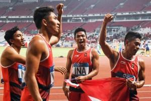 Tim atletik Indonesia yang berlaga dalam nomor estafet 4X100 m putra meraih medali perak dalam final Asian Games 2018, di Stadion Utama GBK, Jakarta, Kamis (30/1) malam. (Foto: IST)