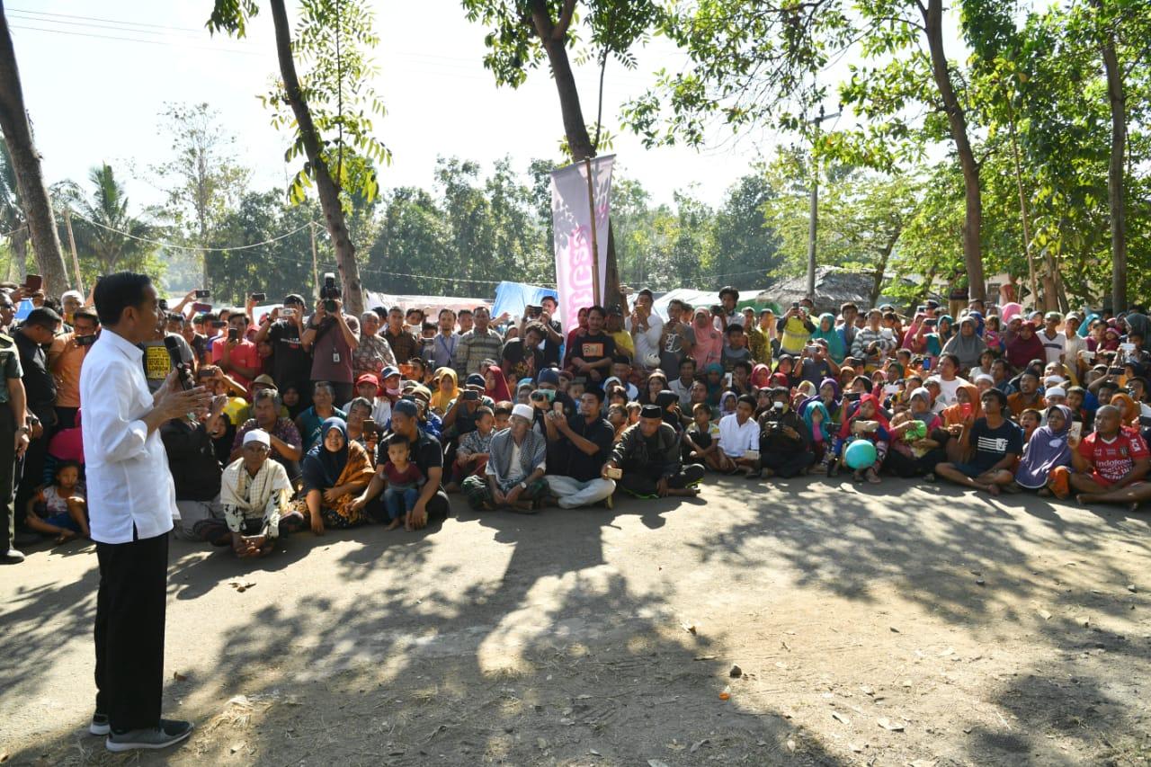 presiden-beri-semangat-anak-sekolah-di-pengungsian-17