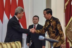 Presiden Jokowi menerima kunjungan Ketua Komite Olimpiade Palestina Jibril Mahmoud Muhammad Rajoub, di Istana Merdeka, Jakarta, Selasa (21/8). (Foto: Humas/Oji).