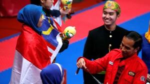 Presiden Jokowi saat menyerahkan medali emas kepada Defia Rosmaniar, atlet taekwondo peraih emas pertama Indonesia di Asian Games 2018, beberapa waktu lalu. (Foto: IST)