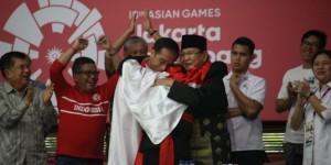 Presiden Jokowi dan Ketua IPSI Prabowo Subianto bersama pesilat berpelukan bersama usai pertandingan pencak silat Asian Games yang digelar di Padepokan Pencak Silat, Taman Mini Indonesia Indah (TMII), Jakarta, Rabu (29/8).