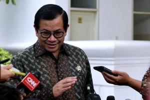 Seskab Pramono Anung menjawab wartawan usai menghadiri acara di Istana Negara, Jakarta, Kamis (23/8) siang. (Foto: OJI/Humas)
