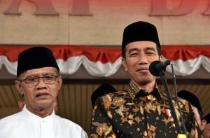 Presiden Jokowi didampingi Ketua Umum PP Muhammadiyah Haedar Nashir menjawab wartawan, di Kantor PP Muhammadiyah, Jakarta, Kamis (23/8) siang. (Foto: JAY/Humas)