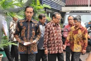Presiden Jokowi didampingi Ketua KWI Mgr. Suharyo sebelum menyampaikan keterangan pers, di Kantor Pusat KWI, Jakarta, Jumat (24/8) pagi. (Foto: JAY/Humas)