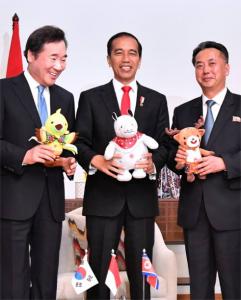 Presiden Jokowi bertemu pemimpin Korea Utara dan Korea Selatan di Cofftea House, Kompleks Gelora Bung Karno, Jakarta, Minggu (18/8). (Foto: BPMI)