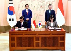 Seskab Pramono Anung menandatangani MoU di hadapan Presiden Jokowi dan Presiden Moon Jae-in, di Blue House, Istana Presiden Seoul, Senin (10/9) siang. (Foto: Rahmat/Humas)