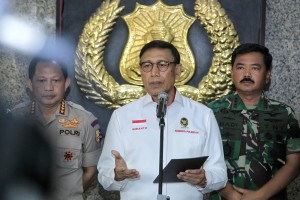 Menko Polhukam Wiranto didampingi Panglima TNI dan Kapolri menyampaikan keterangan pers di Mabes Polri, Jakarta, Senin (24/9) siang. (Foto: Humas Kemenko Polhukam)