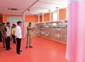 Presiden saat meninjau perbaikan gedung Rumah Sakit Umum Daerah (RSUD) Kota Mataram, NTB, Senin (3/9). (Foto: BPMI)