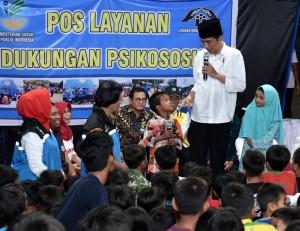 Presiden saat menghibur anak-anak korban gempa korban gempa di Kecamatan Gunung Sari, Lombok Barat, Minggu (2/9). (Foto: BPMI).